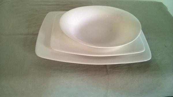 servito di piatti in porcellana
